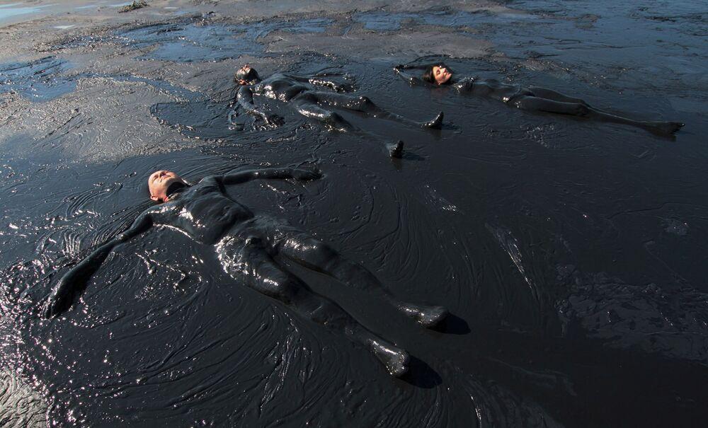 Banhistas tomando banhos de lodo em um lago na península da Crimeia