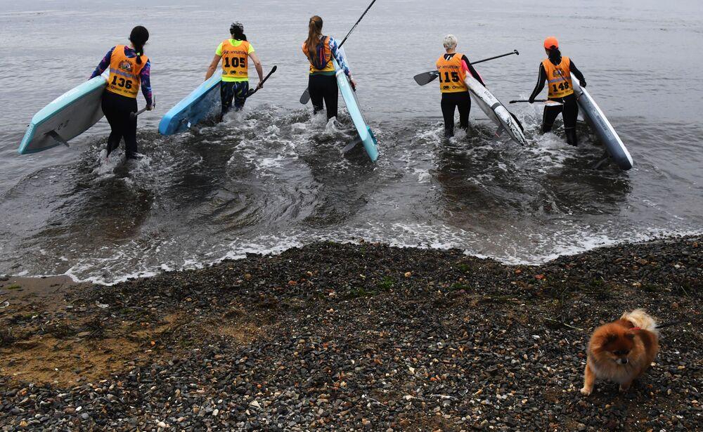 Participantes da 4ª etapa de remo em pé da Copa Strong Waves Tour, na cidade de Vladivostok (Rússia)
