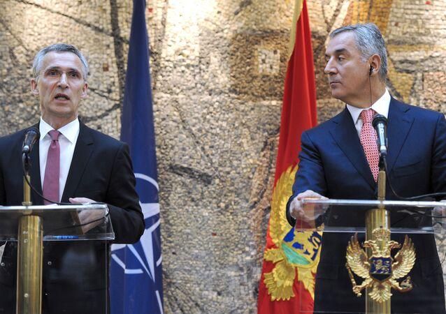 Secretário-geral da OTAN, Jens Stoltenberg (esquerda) e primeiro-ministro de Montenegro, Milo Djukanovic, em Podgorica