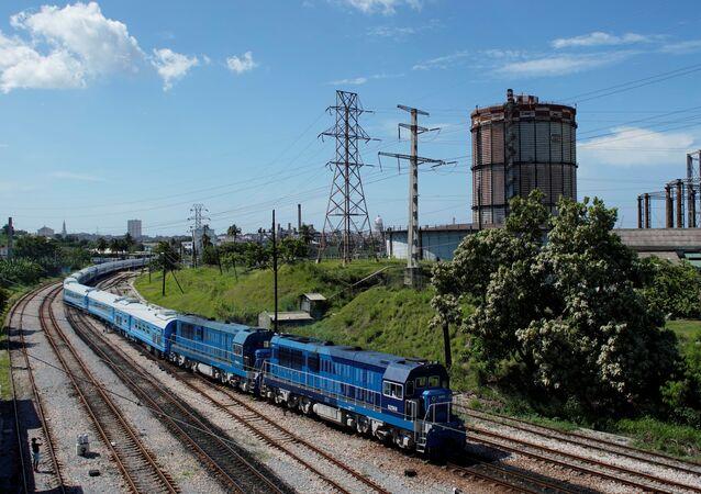 Primeiro trem de passageiros de fabricação conjunta da China e de Cuba, partindo da estação La Coubre em Havana