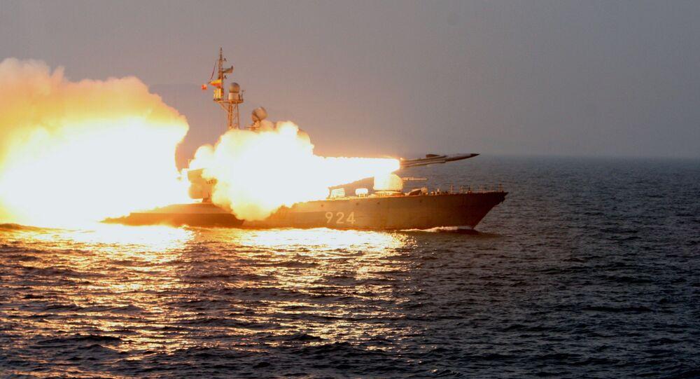 Lançamento de míssil supersônico antinavio Moskit a partir de uma lancha de mísseis da classe Molniya no mar do Japão