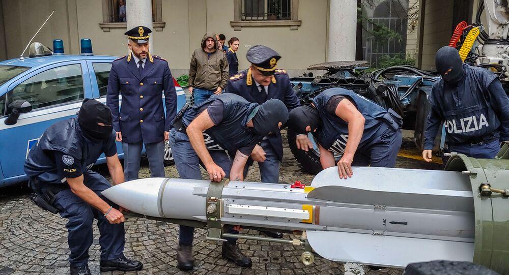 Policiais italianos carregam um míssil de fabricação francesa apreendido em posse de grupo neonazista na Itália.