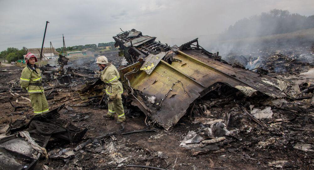 Equipe de resgate vista no local do acidente do avião do voo MH17, na Ucrânia (foto de arquivo)