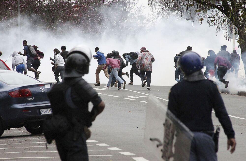 Polícia usa gás lacrimogêneo contra estudantes protestando em Pietermaritzburg, na África do Sul