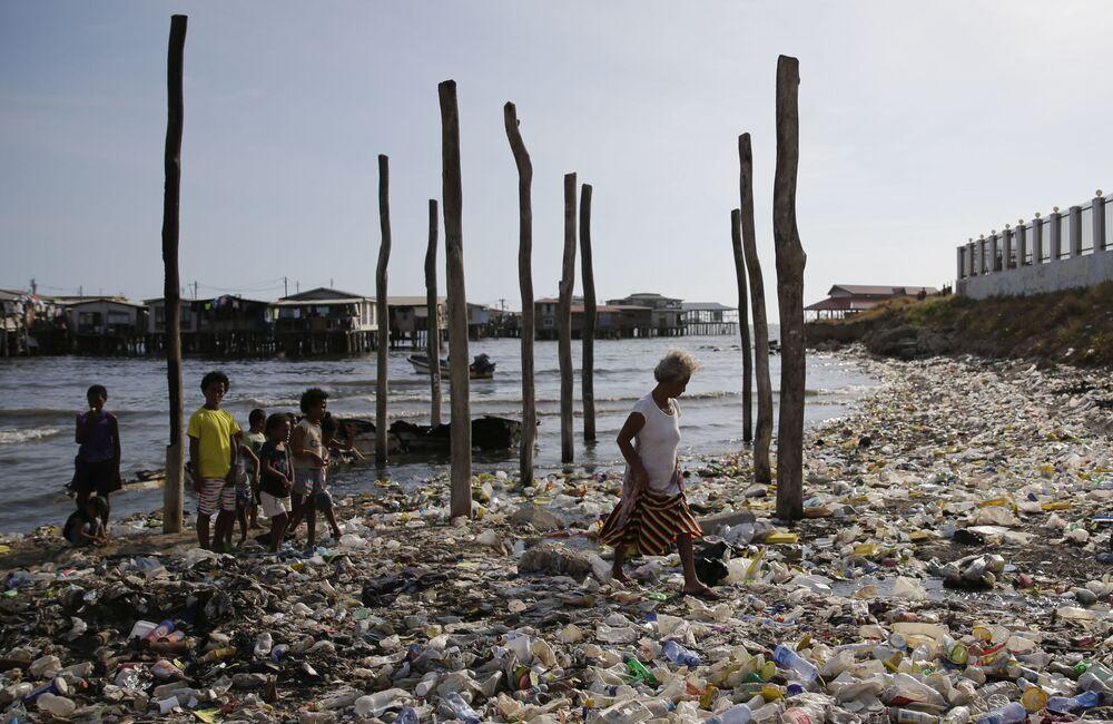 Uma praia cheia de lixo em Port Moresby, capital de Papua-Nova Guiné