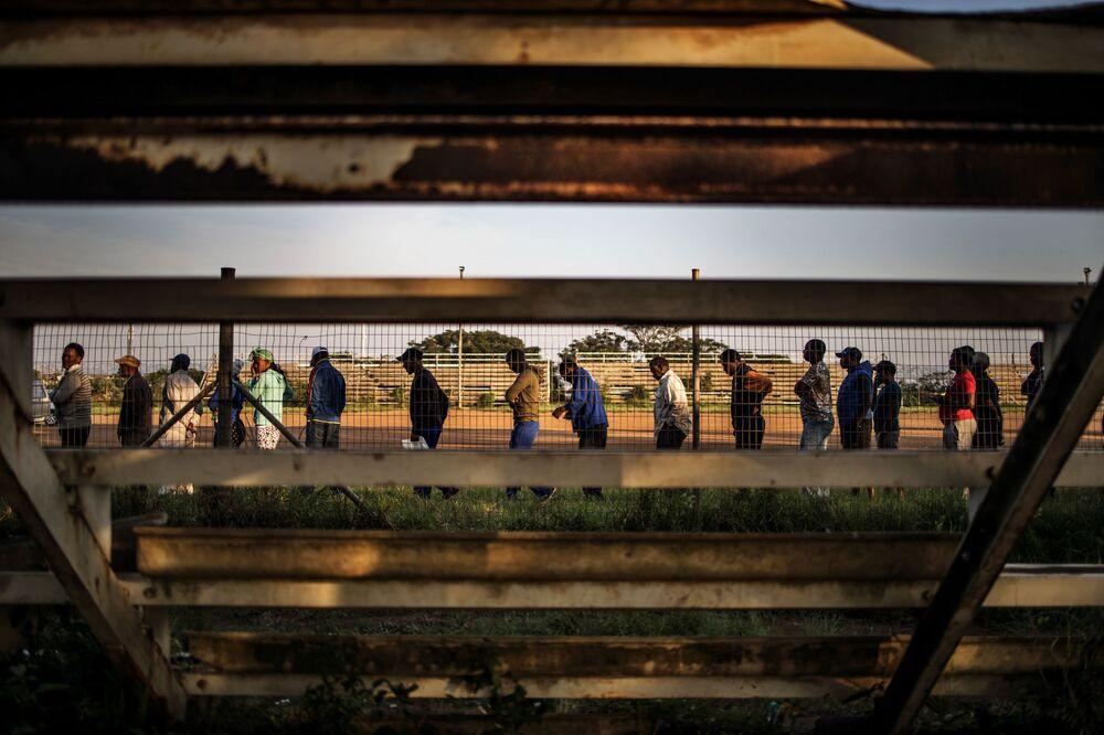 Fila em seção eleitoral da cidade de Durban durante as eleições na África do Sul