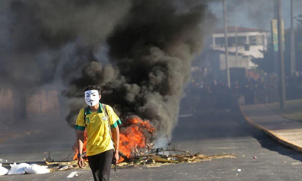 Homem durante protestos em Fortaleza, perto do estádio de Castelão, onde decorreu o jogo da Copa das Confederações entre o Brasil e o México