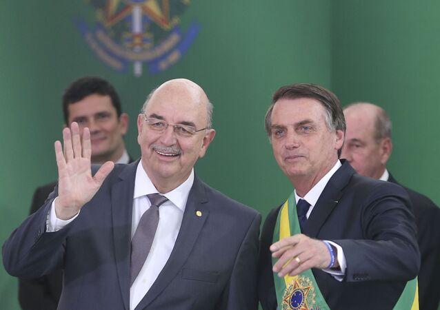 O presidente Jair Bolsonaro empossa o ministro da Cidadania, Osmar Terra, durante cerimônia de nomeação dos ministros de Estado, no Palácio do Planalto