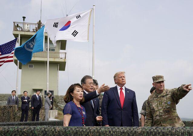 Presidente dos EUA Donald Trump e presidente da Coreia do Sul Moon Jae-in visitam a zona desmilitarizada entre as duas Coreias