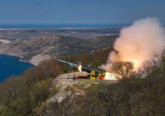 Lançamento de mísseis de cruzeiro do sistema de defesa costeira Utyos