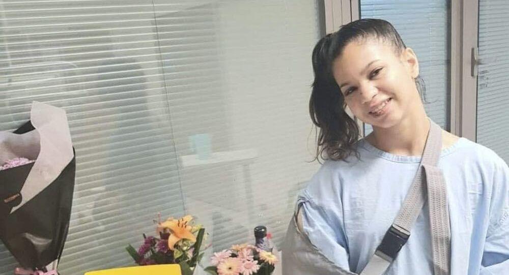 Gabby Sousa, acrobata brasileira de circo, em hospital com gesso após uma queda durante apresentação