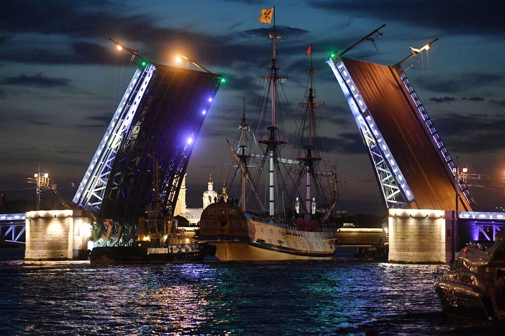 Fragata Poltava passa pela Ponte do Palácio durante os ensaios do principal desfile naval em celebração do dia Marinha russa