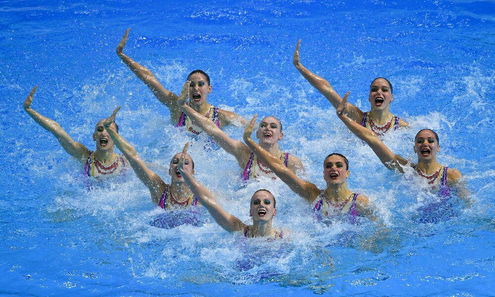 Atletas da seleção russa de nado sincronizado executam programa técnico durante a competição de grupos no XVIII Campeonato Mundial de Esportes Aquáticos, na Coreia do Sul