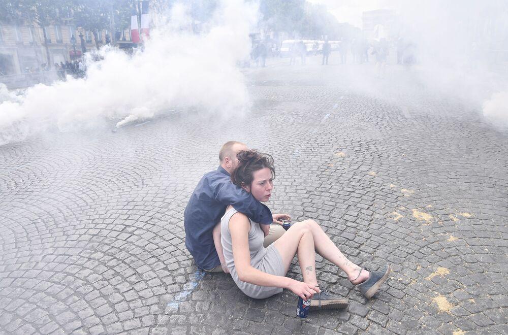 Jovens durante distúrbios nos Campos Elísios em Paris