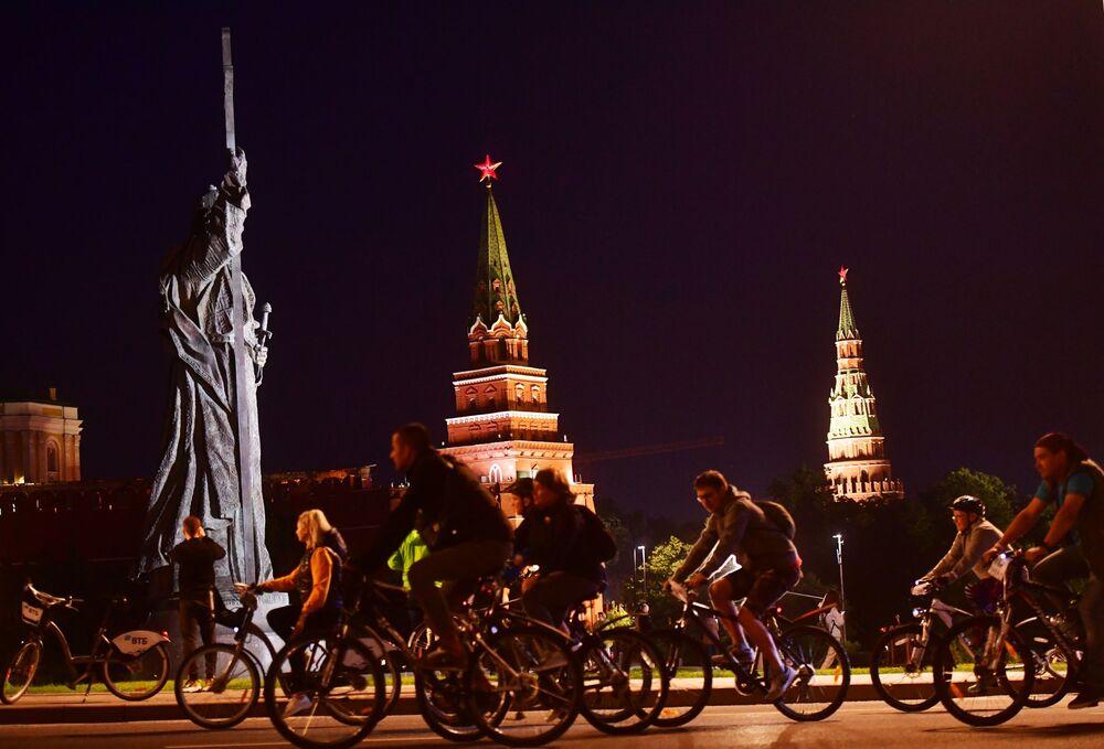 Festival noturno de bicicletas em Moscou