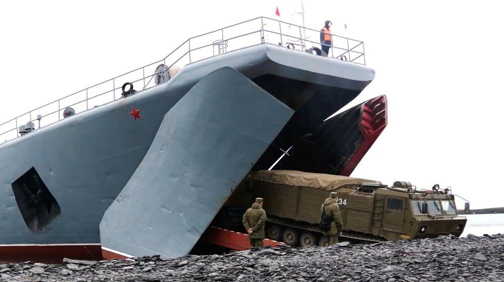 Desembarque de sistemas de defesa antiaérea Tor-M2DT no litoral do arquipélago de Nova Zembla de bordo do navio de desembarque grande do projeto 775 Kondopoga
