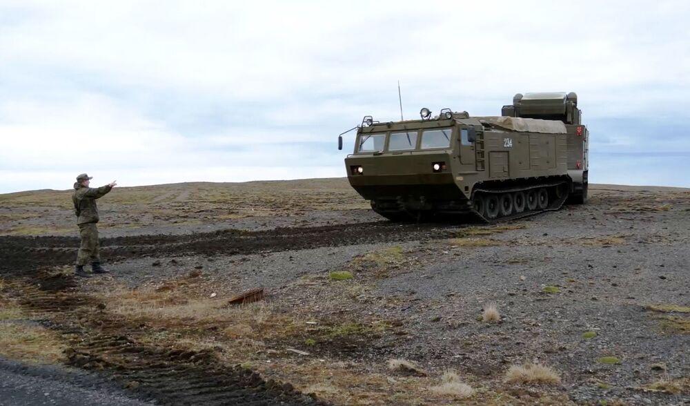 Sistema de defesa antiaérea Tor-M2DT na costa do arquipélago de Nova Zemlya