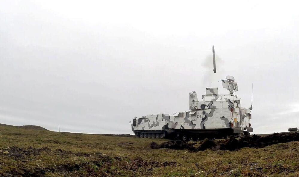 Sistema antiaéreo Tor-M2DT durante disparos na costa do arquipélago de Nova Zembla