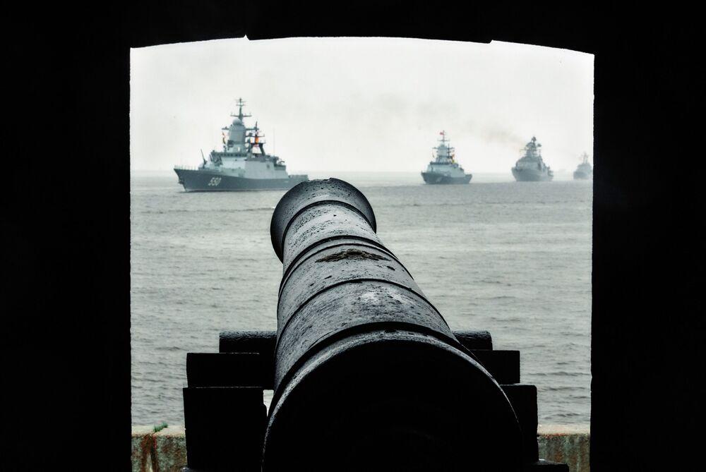 Corvetas Stereguschy e Stoiky e navio Severomorsk vistos do cais