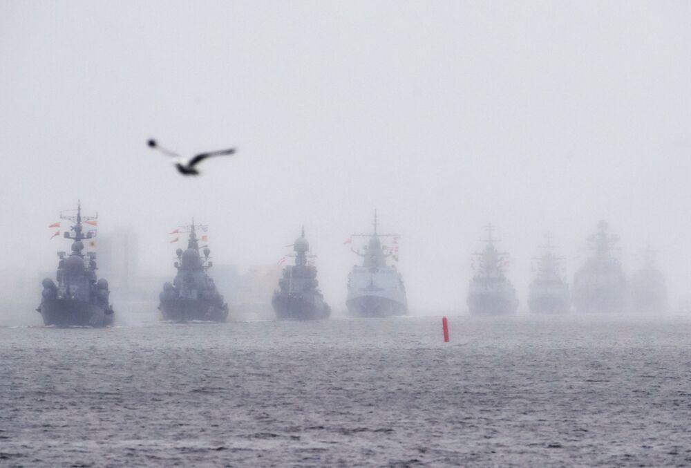 Navios durante o ensaio das cerimônias do Dia da Marinha na Rússia