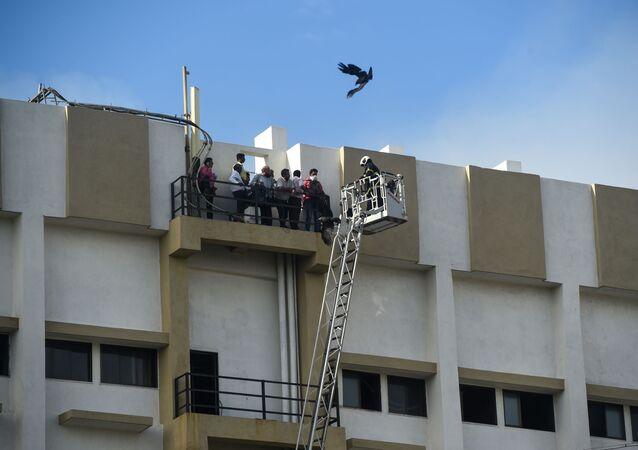 Pessoas são resgatadas de prédio em chamas na cidade indiana de Bombaim