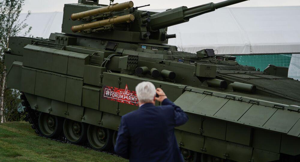 Veículo blindado na base do chassi T-15 em exposição em Kubinka