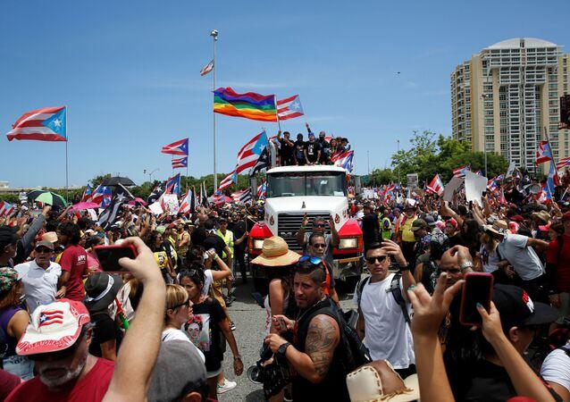 Manifestantes realizam protesto exigindo a renúncia do governador de Porto Rico, Ricardo Rosselló, em San Juan