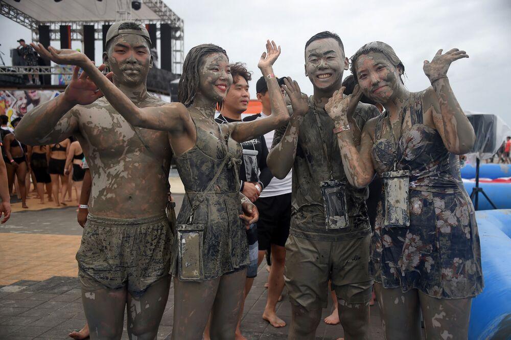 Turistas tomam banho de lama durante 22º Festival de Lama realizado na cidade sul-coreana de Boryeong