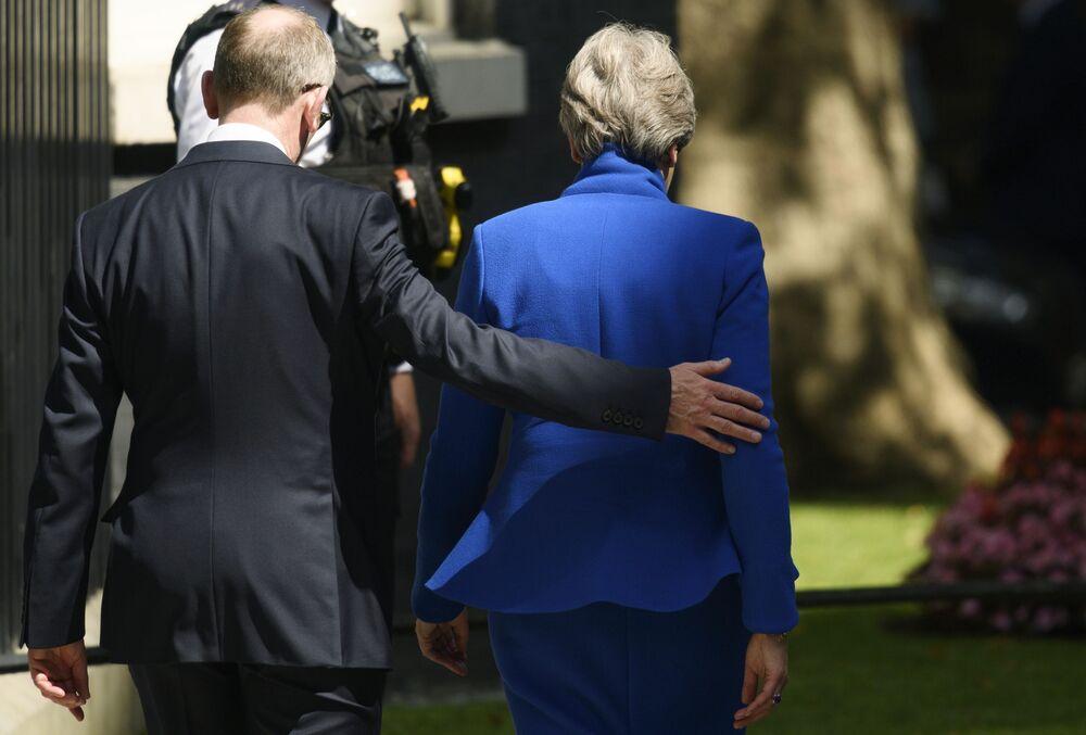 Ex-premiê britânica Theresa May acompanhada pelo marido deixa residência em Downing Street