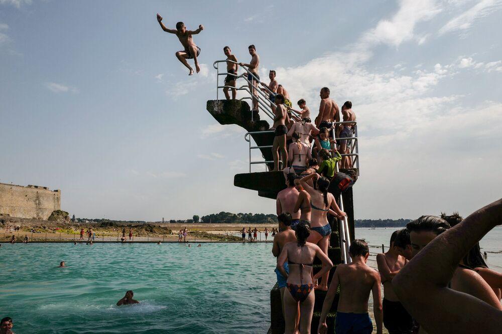 Fila para entrar na plataforma da piscina em Saint-Malo, na França; vários países da Europa foram atingidos por temperaturas recorde nos últimos dias