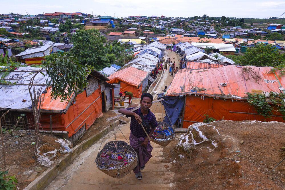 Um vendedor no campo de refugiados rohingyas na Indonésia