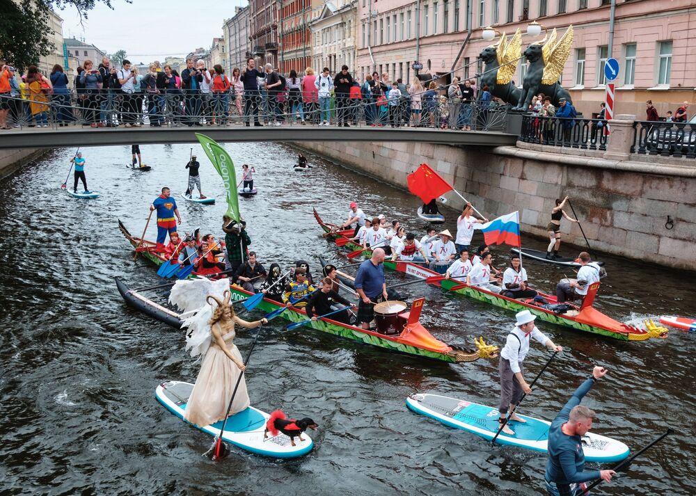 Participantes do festival incomum de sup surf que decorreu em São Petersburgo, Rússia