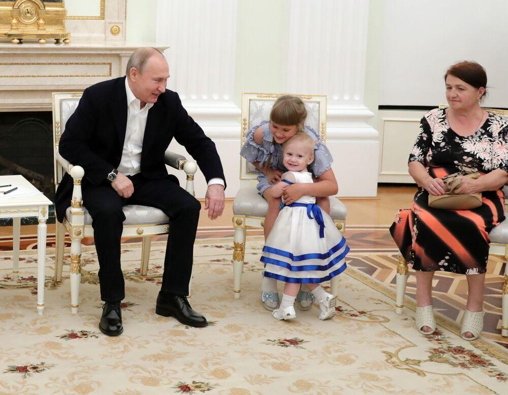 Presidente russo Vladimir Putin recebe famílias vítimas das inundações que atingiram a região de Irkutsk