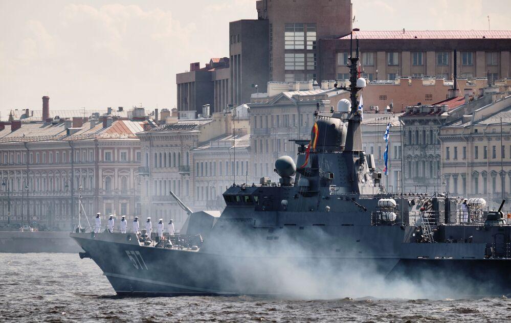 Navio ligeiro de mísseis do projeto 22800 Sovietsk durante ensaio da parada militar dedicada ao Dia da Marinha em São Petersburgo
