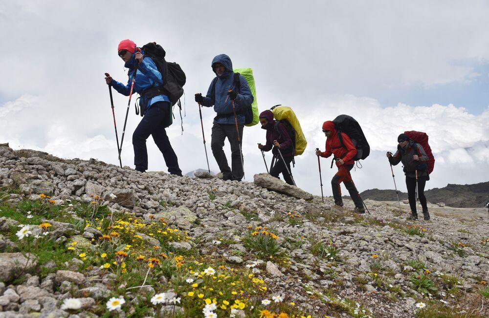 Alpinistas sobem a monte Elbrus