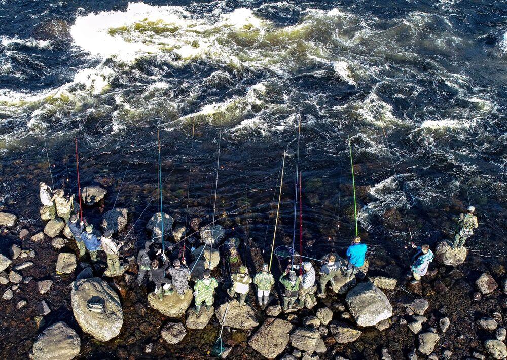 Pescadores no rio Umba, região de Murmansk, Rússia