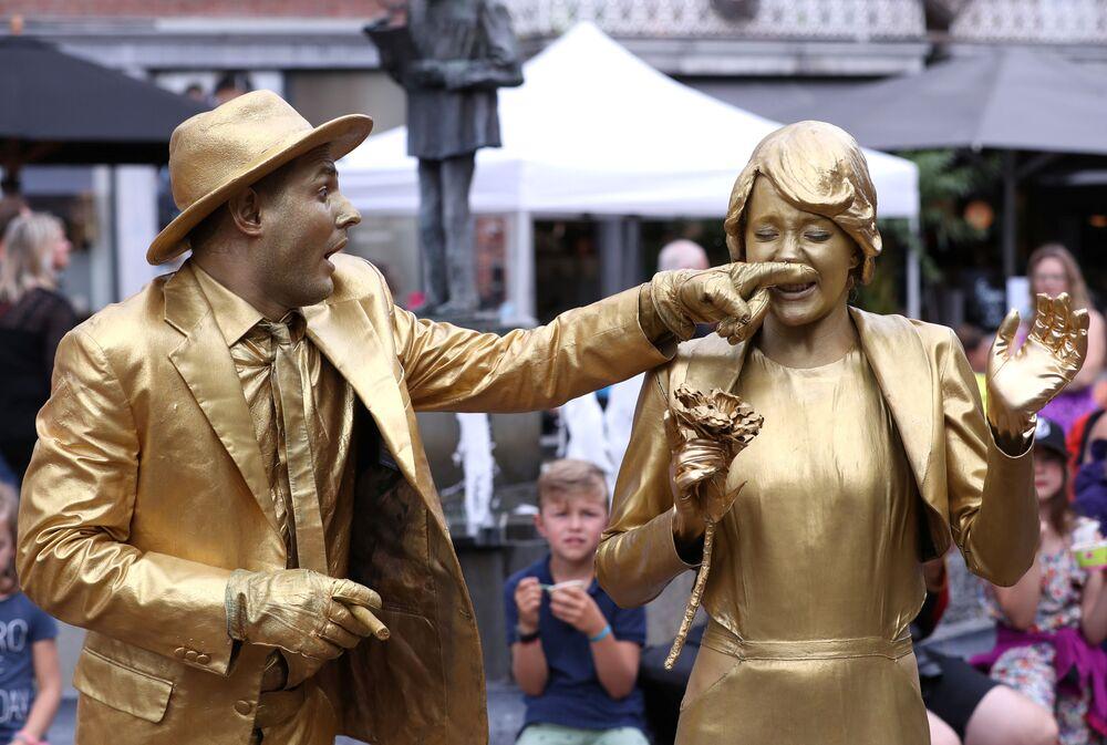 Artistas participam do festival de estátuas na Bélgica
