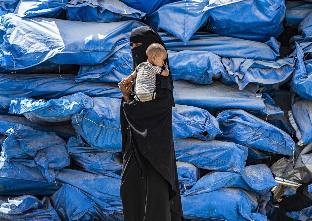 Mulher no campo para pessoas deslocadas na Síria