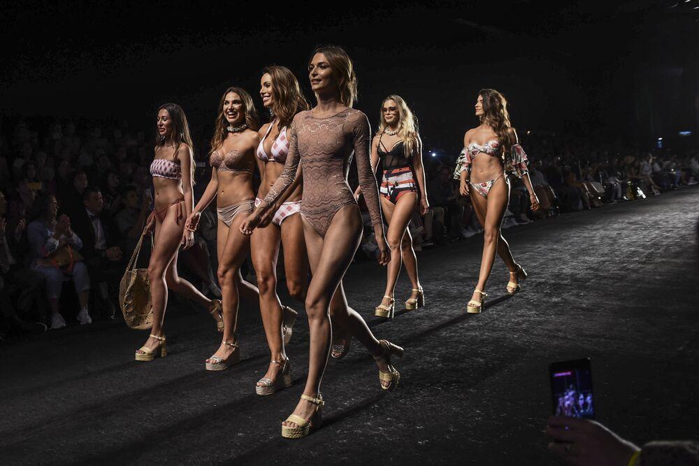 Modelos vestidos de lingerie da marca colombiana Chamela durante semana de moda de Medellín