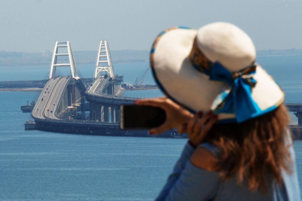 Mulher tira foto da Ponte da Crimeia