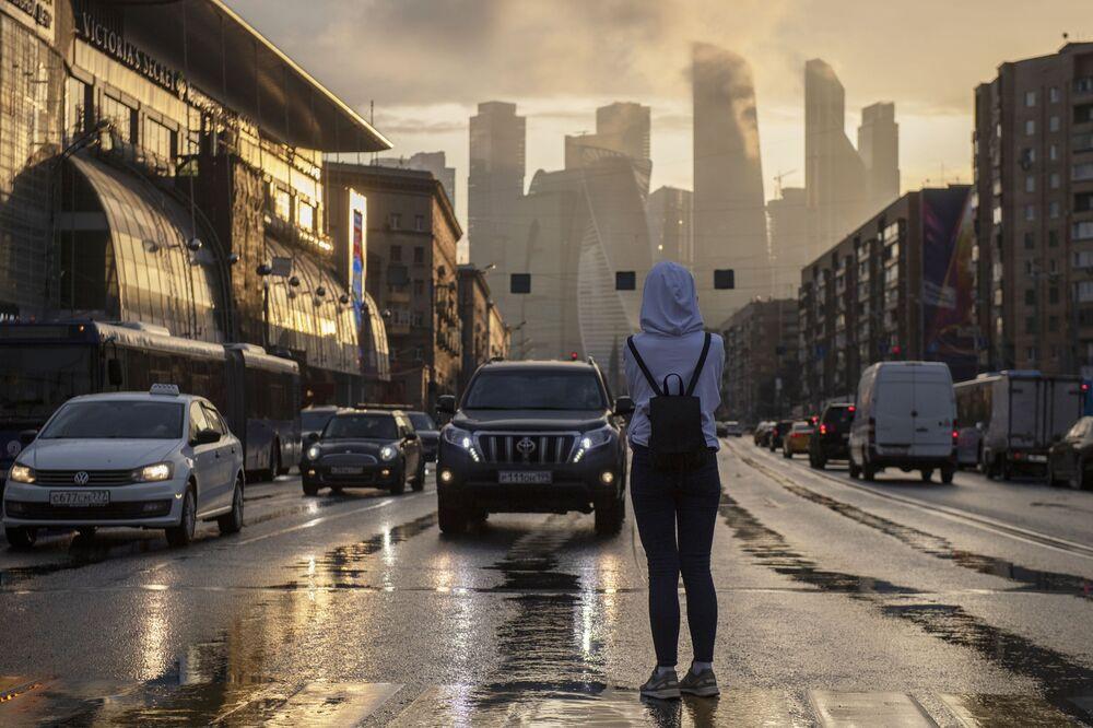 Menina em uma avenida moscovita