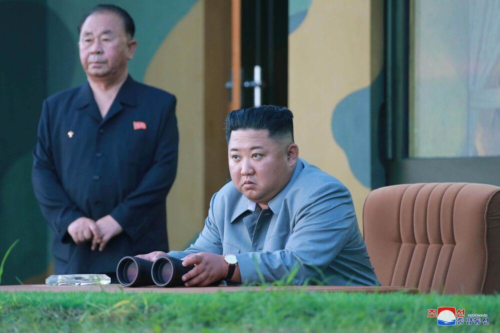 Líder norte-coreano Kim Jong-un observa o lançamento de mísseis balísticos