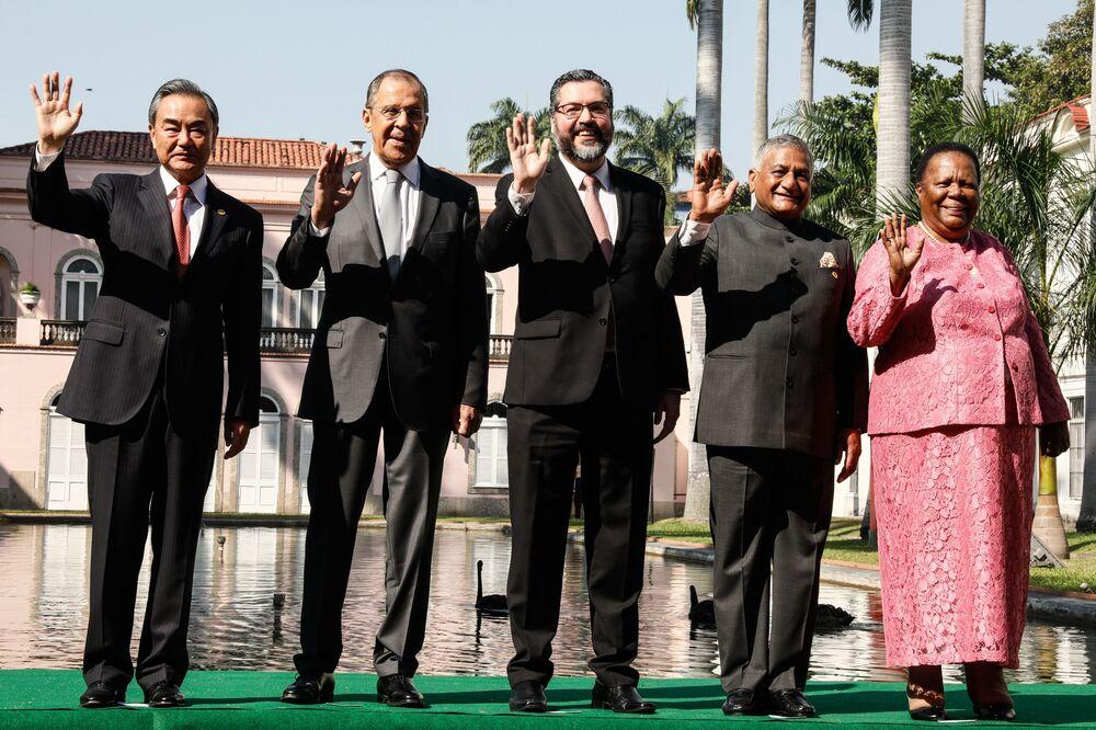Chanceleres do BRICS, da esquerda para a direita: Wang Yi (China), Sergei Lavrov (Rússia), Ernesto de Araújo (Brasil), Vijay Kumar Singh (Índia), Naledi Pandor (África do Sul) posam para foto coletiva no âmbito da reunião realizada no Rio de Janeiro