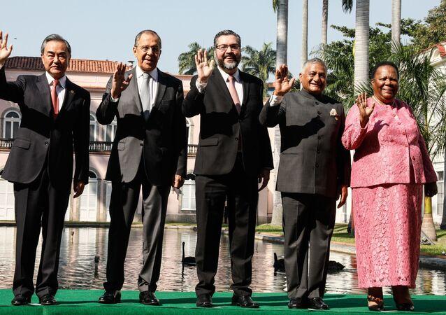 Chanceleres do BRICS, da esquerda para a direita: Wang Yi (China), Sergei Lavrov (Rússia), Ernesto de Araújo (Brasil), Vijay Kumar Singh (Índia), Naledi Pandor (África do Sul) posam para foto coletiva no âmbito da reunião realizada no Rio de Janeiro (arquivo)
