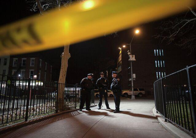 Polícia é fotografada no local de um tiroteio em que dois policiais de Nova York foram mortos a tiros no bairro de Brooklyn, em Nova York, em 20 de dezembro de 2014 (imagem referencial)