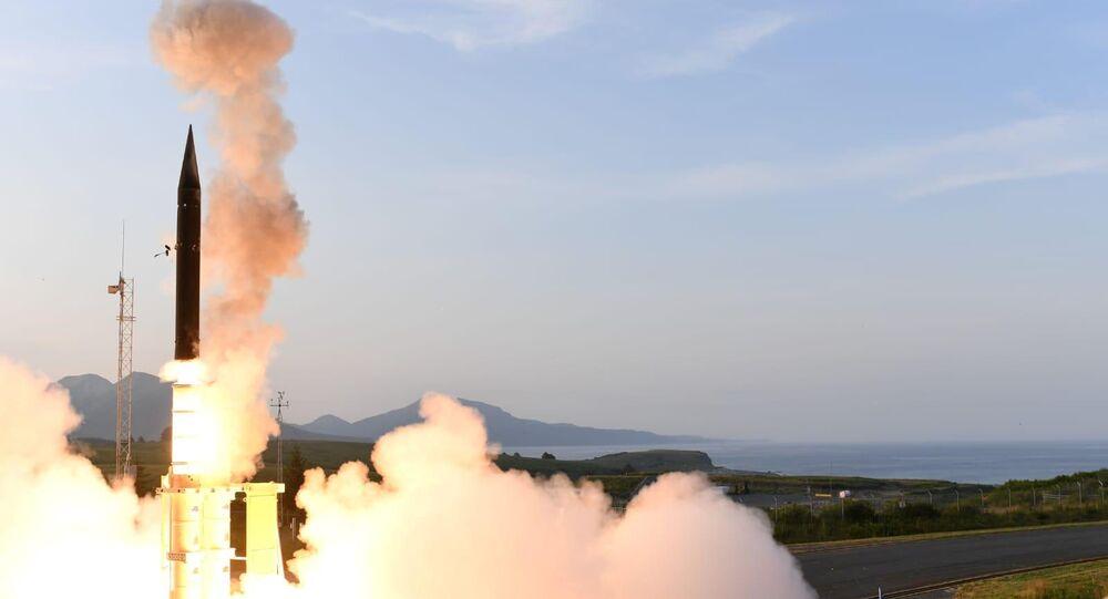 Sistema de defesa antimíssil Arrow-3 durante testes de intercepção no Alasca