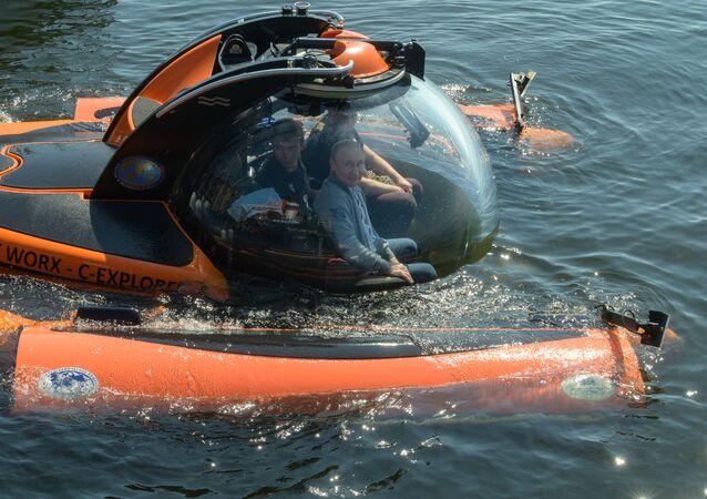 Presidente russo Vladimir Putin mergulha em submersível no fundo do golfo da Finlândia para inspecionar o submarino Shch-308, que afundou durante a Segunda Guerra Mundial, 27 de Julho de 2019