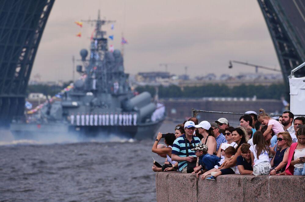 Espectadores observam a passagem de navios ao longo do rio Neva no principal desfile naval dedicado ao Dia da Marinha, em São Petersburgo, Rússia