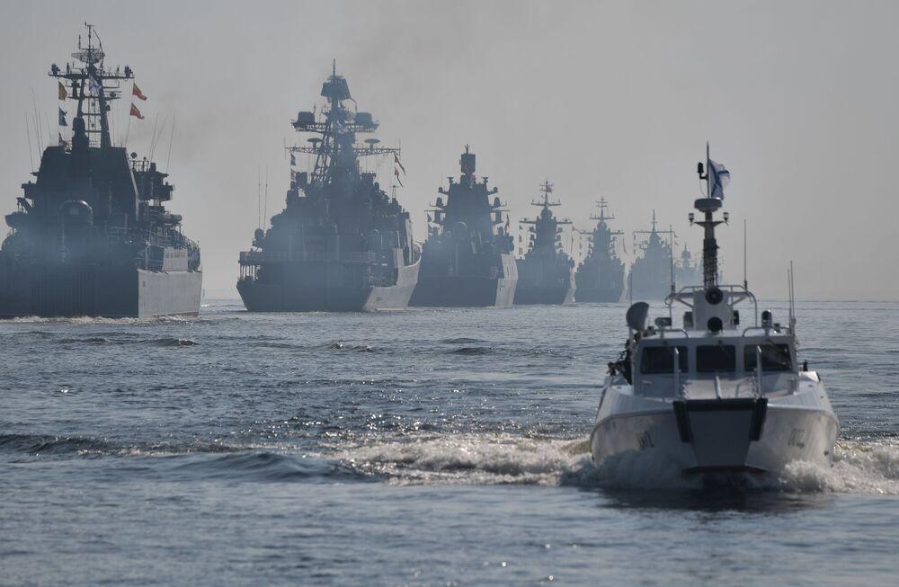 Navios de guerra da Marinha russa navegam durante o desfile do Dia da Marinha, em São Petersburgo, Rússia