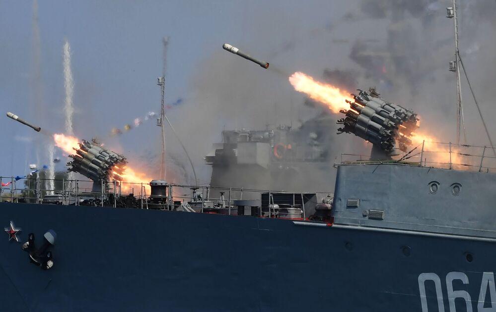 Tiros de foguetes RBU-6000 Smerch-2 disparados dos conveses de navios em honra do Dia da Marinha, em Sevastopol, Rússia